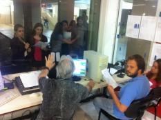 Alunos de jornalismo sob a coordenação de Luiz Carlos Vasques no estúdio onde o programa é gravado Imagem: Sérgio Lima
