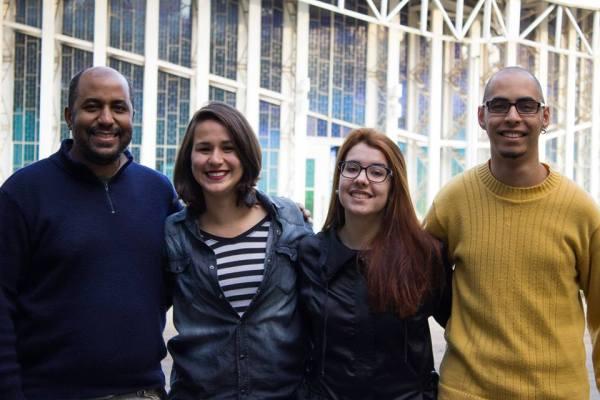 Grupo que produziu a pauta sobre a zica com o orientador Deivison Campos. Imagem: Larissa Ferreira